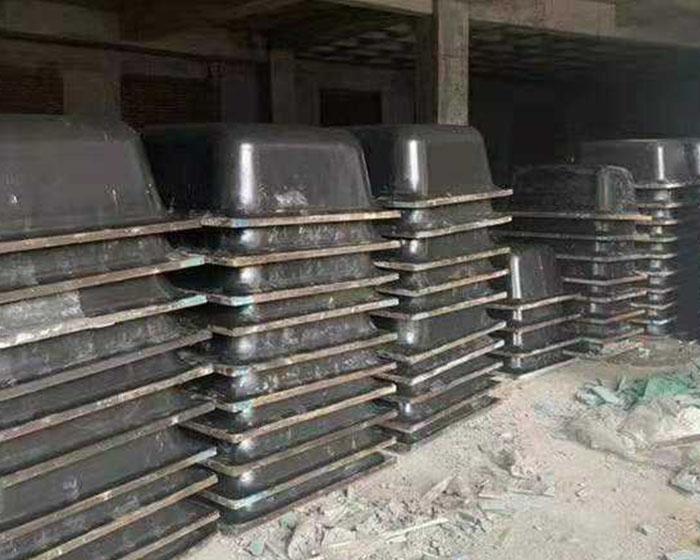 建筑模壳壳体铺设前,应安排工人清洗板材表面